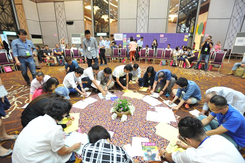 引導師邀請與會者到圓心寫下想探討的主題,不到1分鐘圓心已被擠滿,展現十足的行動力。