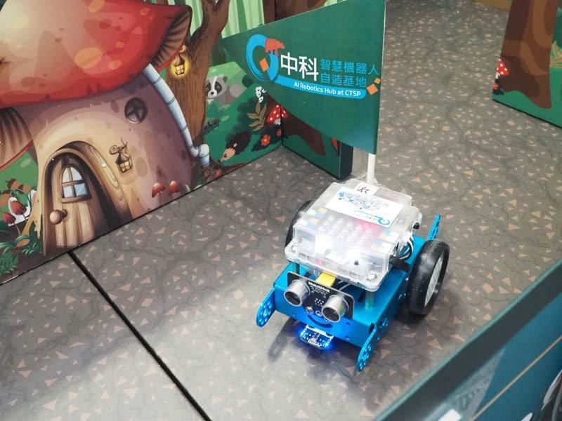 mBot機器人穿梭在迷宮中,進行叢林大冒險。