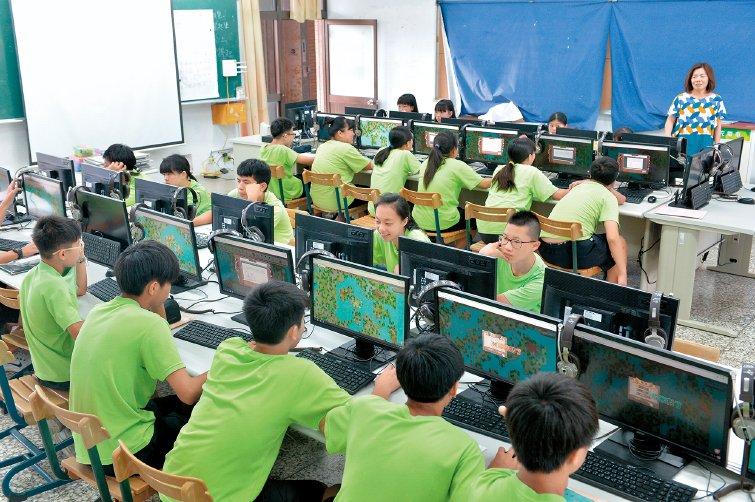 礁溪國中公民老師詹青蓉,用科技省下「說書」時間帶學生思考