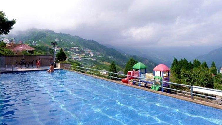 親子泳池還能這樣玩?野溪、山泉、高海拔泳池透心涼
