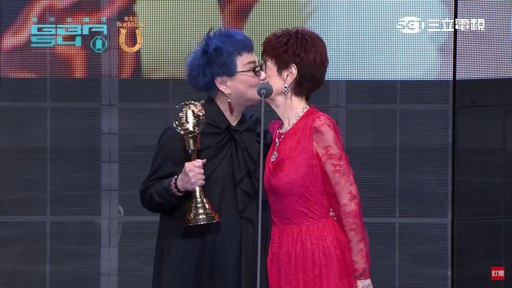 小燕姐在領第54界金鐘獎終身成就獎時,感謝媽媽對自己的栽培與陪伴
