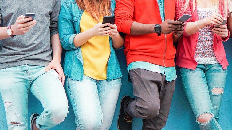 美調查:近半青少年「隨時都在網路上」,臉書已非最愛