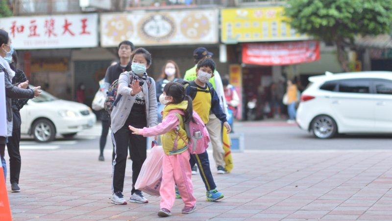 兒盟防疫生活大調查:武漢肺炎延2周開學,僅6.4%家長請防疫照顧假