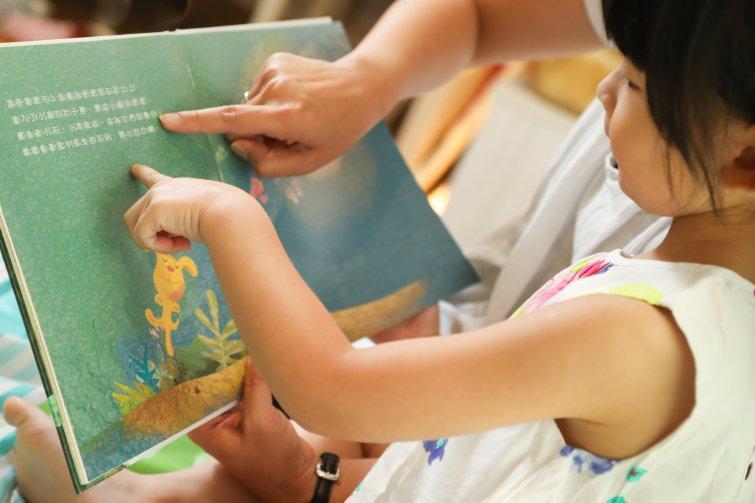 換個方法教注音1:爸媽的聲音當注音,共讀繪本聽音認字