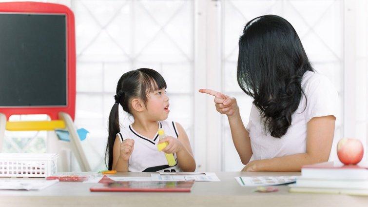 【請問教養專家】女兒上學很拖拉、功課不認真寫,提醒她卻說我愛唸,怎麼辦?
