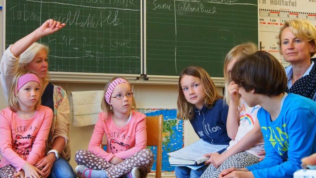老師發言也要舉手?奧地利從小學建立的公民素養