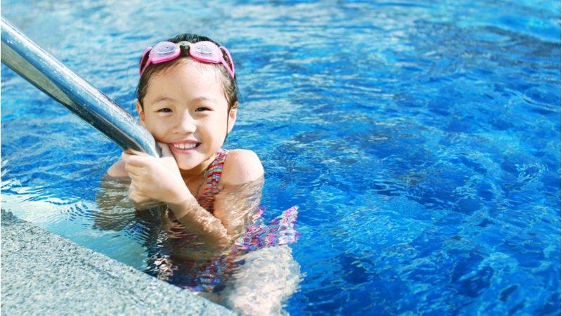 解封能去游泳嗎?醫師建議:開放式泳池是較安全選擇