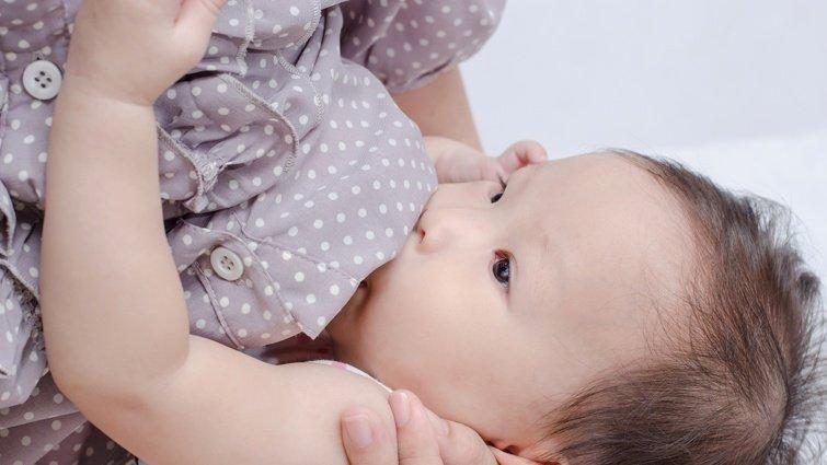 專業醫師:由寶寶來主導的瓶餵技巧