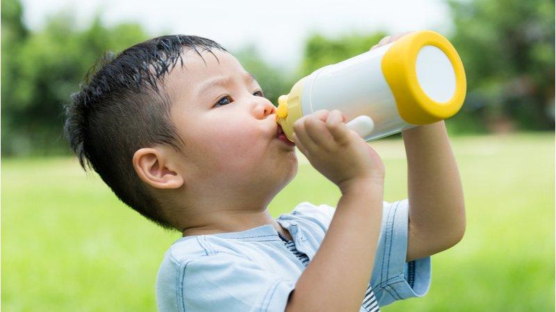 高溫注意!小孩為中暑高危險群,醫師:適當補水、補鹽分