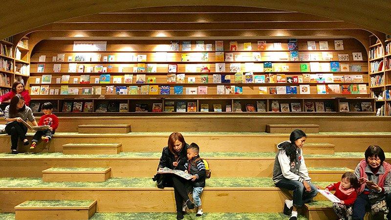 像坐在草皮上看書!百坪親子「階梯式」共讀空間藏身南港