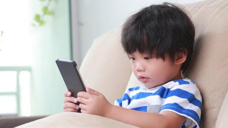 哈佛大學研究:關鍵不是幾歲給青少年手機,而是有沒有做到這9件事