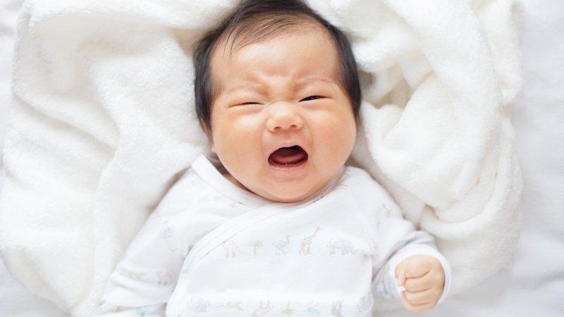 寶寶哭要立刻安撫嗎?百歲育兒或親密育兒,哪個好?
