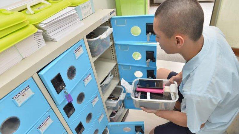 手機管教:直擊台灣校園 一所國中每天代管手機上百萬元
