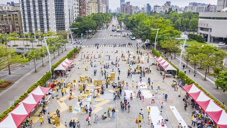 台灣首場街道遊戲登場!400名親子北市府前廣場盡情塗鴉
