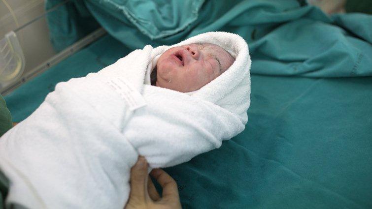 美子宮移植媽媽成功產子 台灣醫生:寄望代理孕母法通過