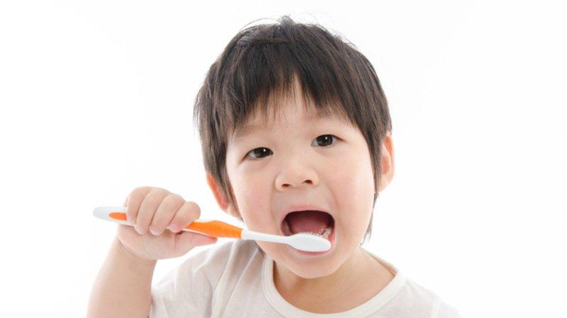 防群聚感染,幼兒園改用牙線、漱口水潔牙?醫師:不建議