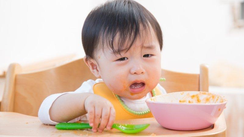 爸媽傷腦筋,寶寶吃飯不專心!
