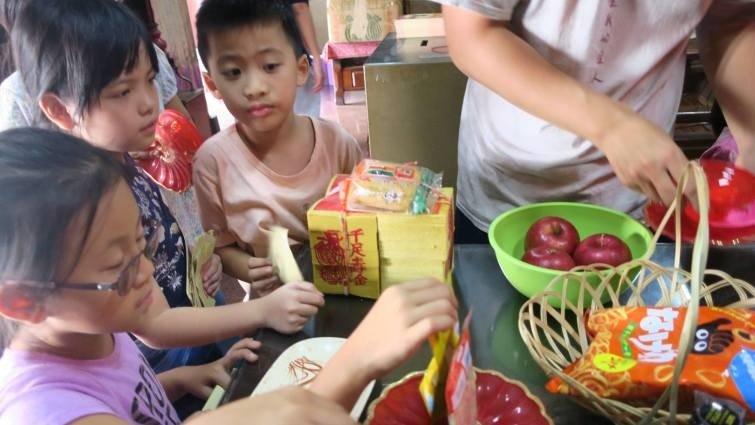 「香」是給神明打電話--如何教孩子認識台灣廟宇文化