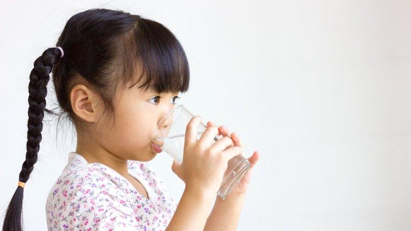 5個簡單的技巧,讓孩子主動拿水喝!