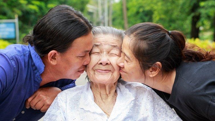 雖然母親年老也改變了,童年疏離仍難以釋懷