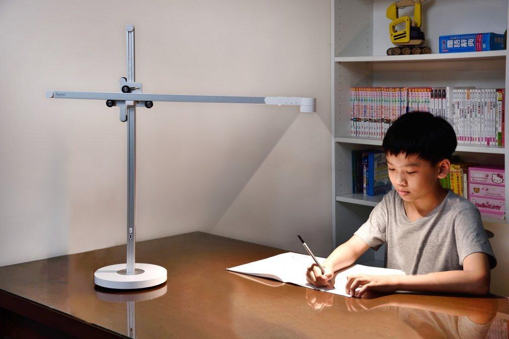 兼顧學習與視力健康 智慧追光者Dyson Lightcycle™陪孩子大開眼界