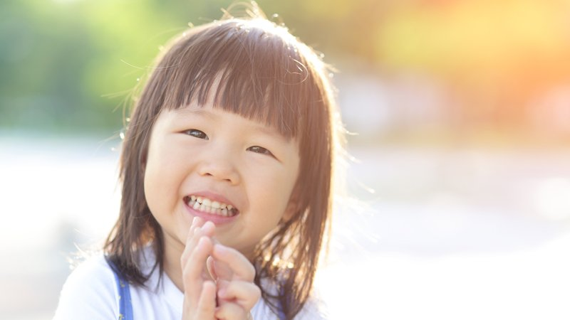 幸福關鍵在人際關係,用坦誠、親切和微笑教孩子克服困難