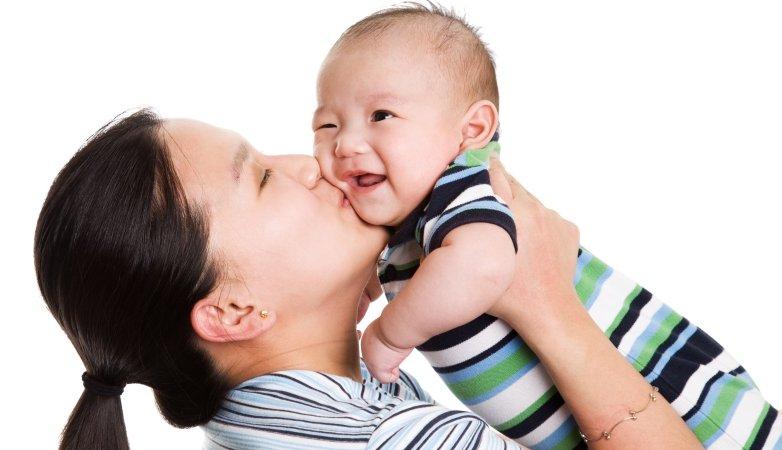 寶寶怕生、愛黏人,哭著討抱時該抱嗎?