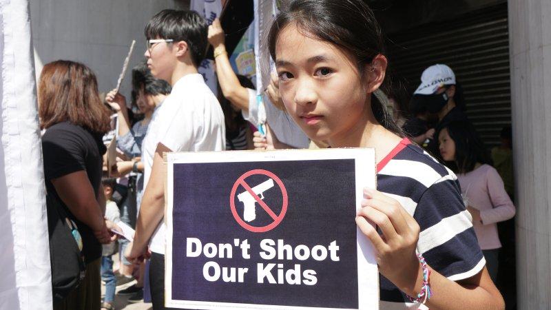 親子、學生上街籲港警停止暴力,發起「兒童連儂牆」撐香港