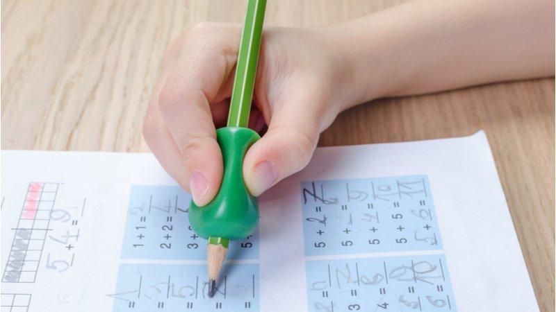 握筆姿勢怪?需要買握筆器嗎?改善寫字姿勢從放鬆孩子的手開始