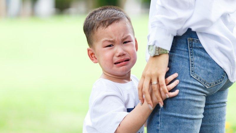 孩子上學後回家變得常愛生氣哭鬧、動手打人,還會命令大人做事,怎麼辦?