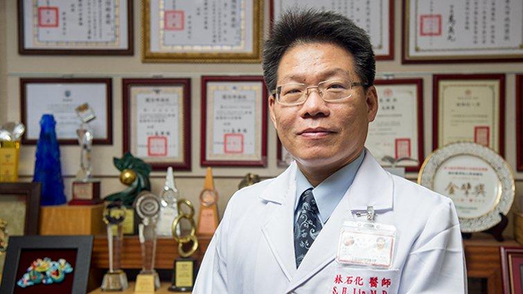 醫療奉獻獎林石化:不識字的父親,助我熬過醫學院訓練