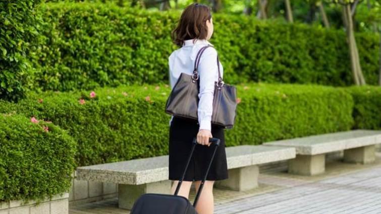 努力過頭的女生,包包通常很大----背幾公斤才健康?