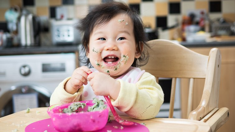 讓寶寶自己吃飯,將來能學得更好