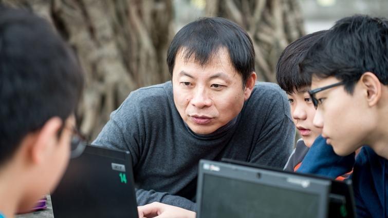 以程式教育走遍偏鄉,蘇文鈺為小校量身訂做辦學特色