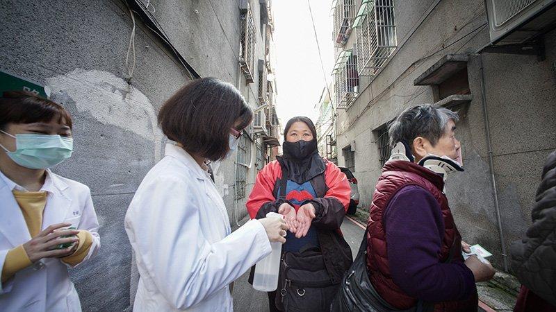 到底什麼是社區感染?台灣會開始社區人傳人嗎?陳建仁:目前只符合一個「社區傳播」徵兆