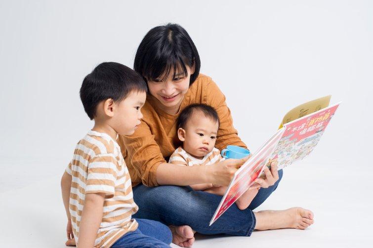 專家媽媽的研究:上正音班,不如花時間親子共讀