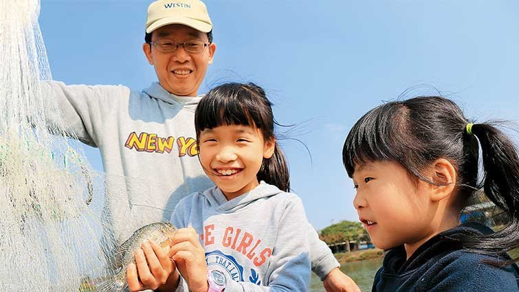 雲林口湖‧好蝦冏男社:提蝦籠入水池  變身捕蝦高手