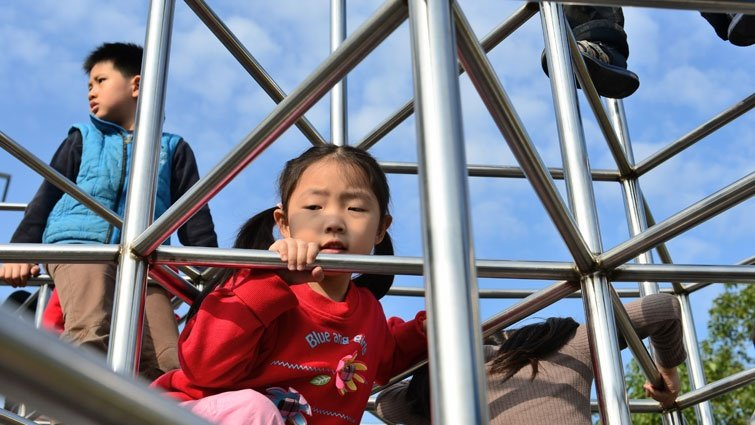孩子和同學一起在公園玩 還要擔心陌生人嗎?