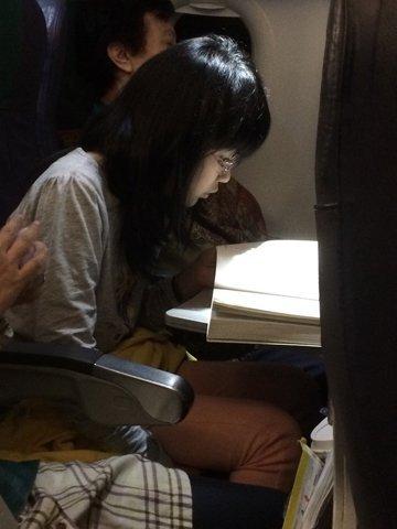 飛機上閱讀《再見吧!橄欖樹》的女孩