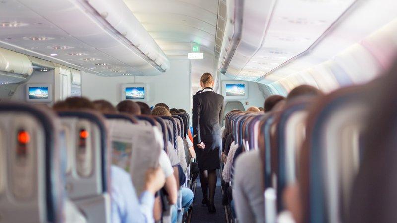 空姐日常:飛機上帶孩子的母親突然暴走,該冷處理or積極協助?