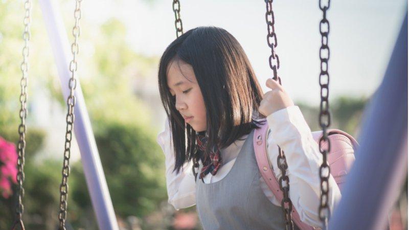我怕爸媽會更難過,所以我不哭:小心孩子可能只是「裝沒事」
