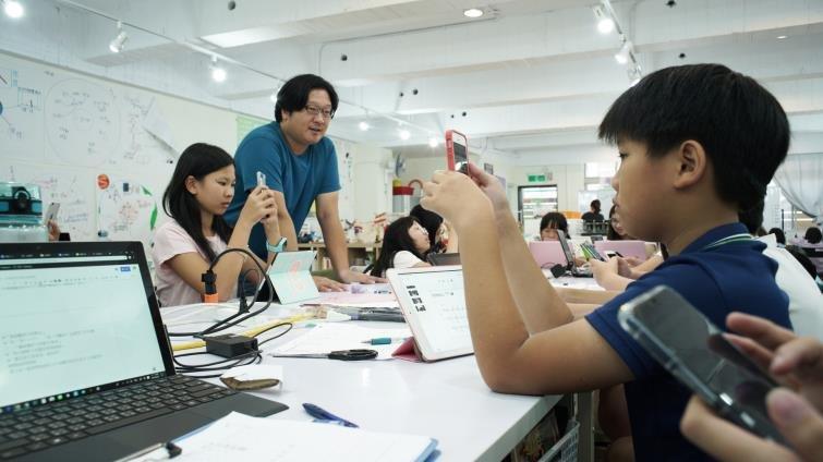上課手機擺桌上 自學團體「可能非學校」怎麼做到教孩子自律?