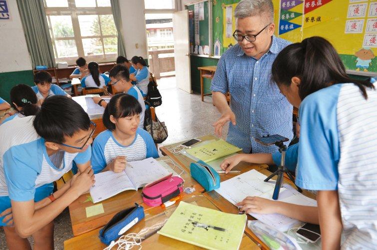 新泰國中數學老師劉繼文,一堂課同時上演三種教學方式