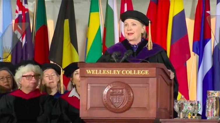 希拉蕊給衛斯理女子學院畢業生:即使我失敗了,你們還是有力量