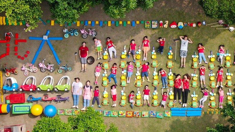最強幼兒園開箱!森林小泰山、老師鋼鐵人、家長翻桌全入鏡…上學就是要這麼好玩
