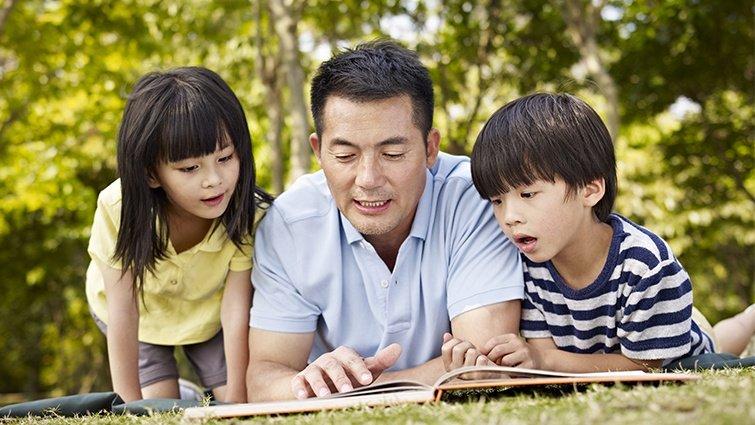 兒科醫生吳淑娟:爸爸陪孩子看書,能提升親子互動品質