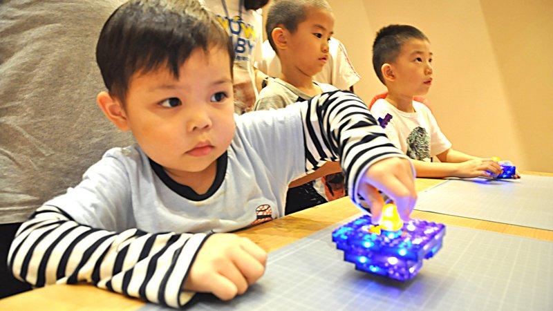 組積木、玩炫光陀螺,玩樂中學牛頓力學