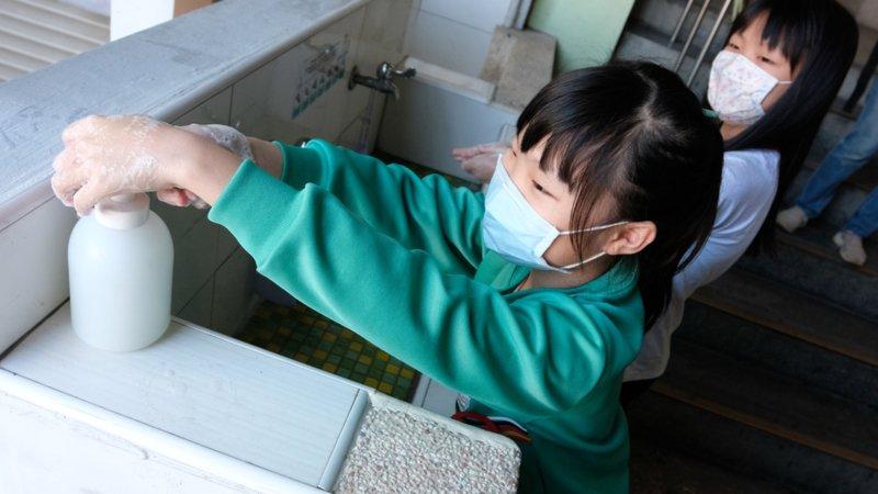 校園防疫5大QA|避免群聚感染,什麼時候一定要戴口罩?衣服需要每天洗嗎?