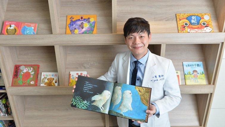 展臂環抱,說故事給你聽,29歲醫生陳宥達走遍偏鄉推親子共讀