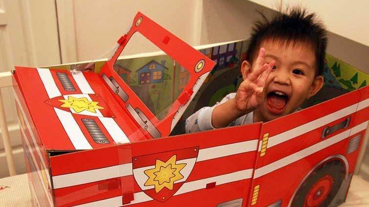 「哇!一本書變一台車」兒子可以拜託你放下它嗎?